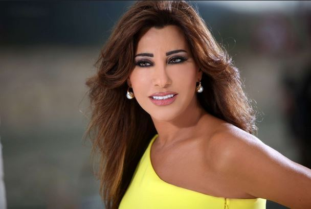 See how diva Najwa Karam responded when they threw dollars on her