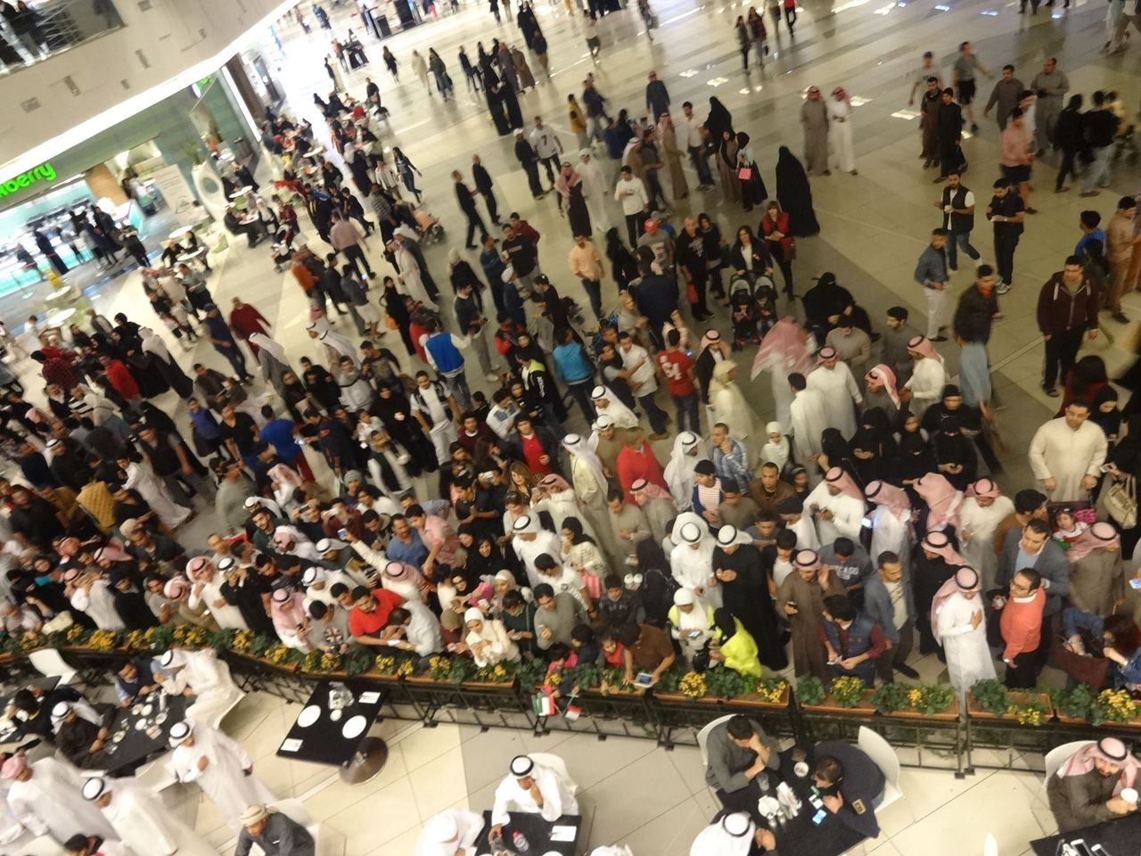 Video ... Prince Fazza's visit to the Avenues causes a huge crowd